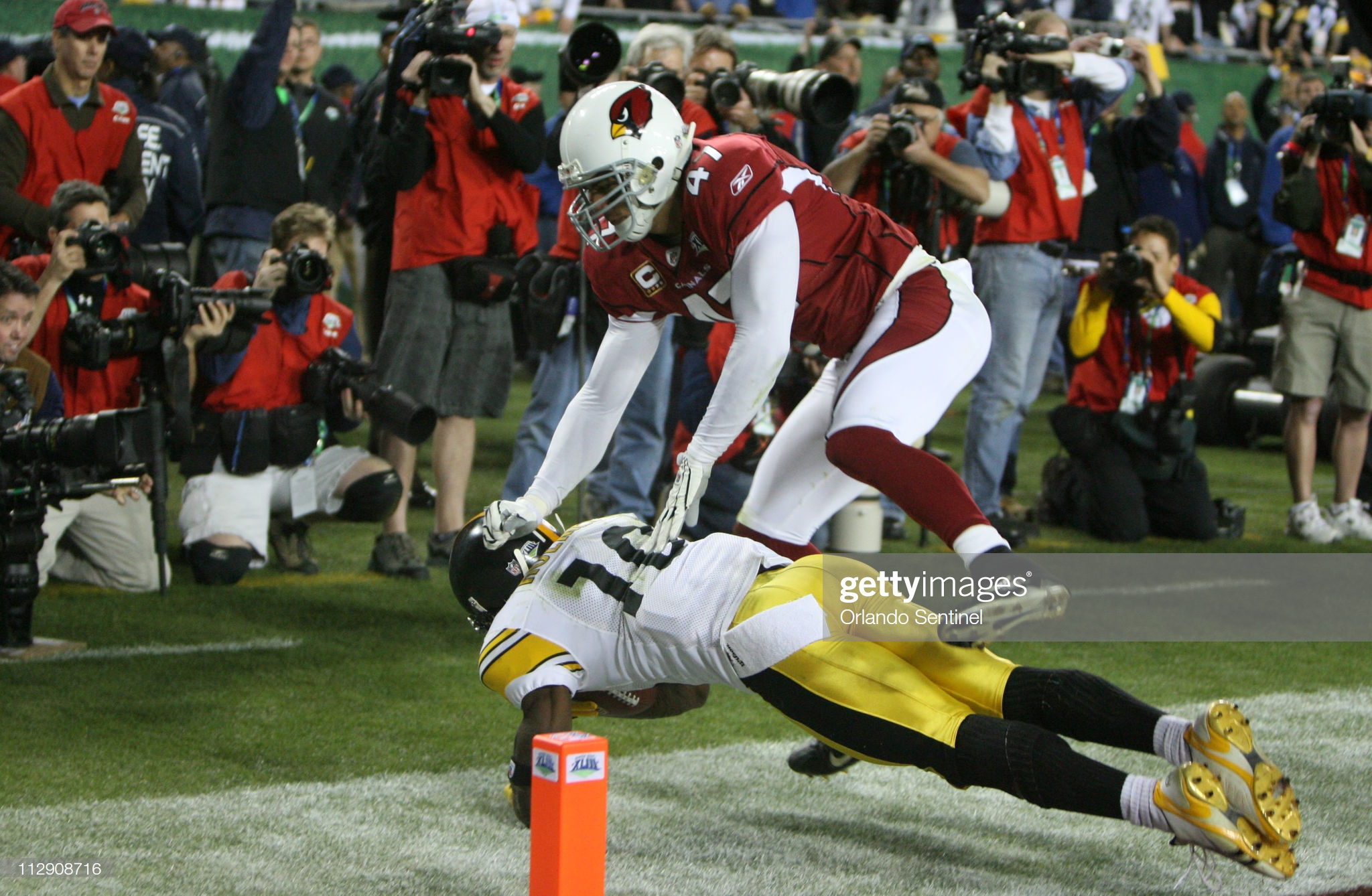 Pittsburgh's Santonio Holmes catches the game winning touchdown as the Pittsburgh Steelers beat the Arizona Cardinals 27-23 in Super Bowl XLIII at Raymond James Stadium in Tampa, Florida, Sunday, February 1, 2009.  (Photo by Gary W. Green/Orlando Sentinel/Tribune News Service via Getty Images)